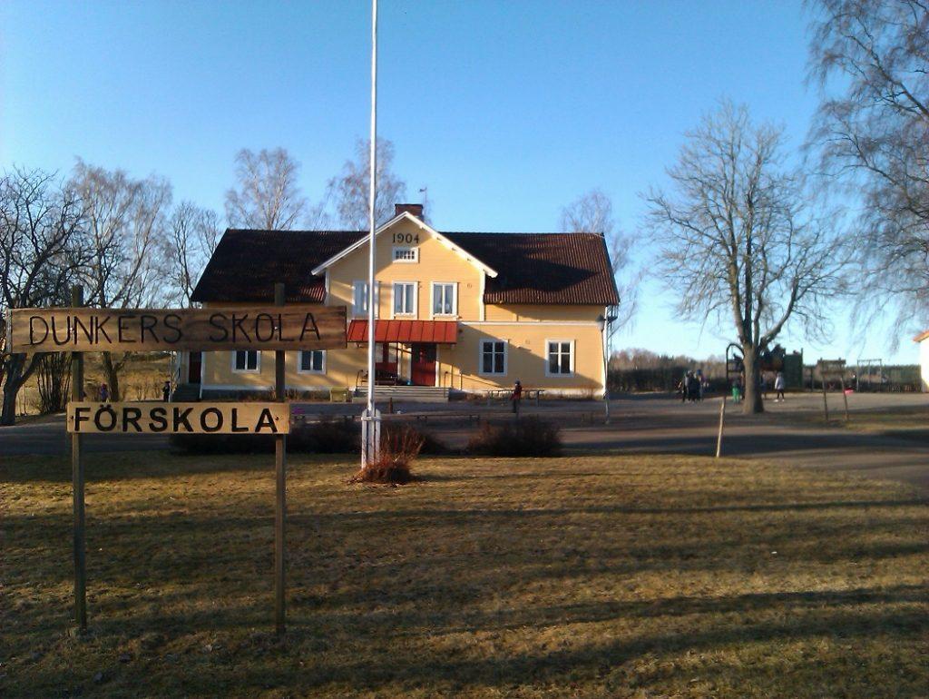 Gul byggnad och del av skolgård