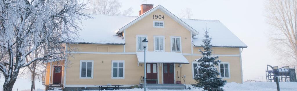 Gul byggnad från 1904 i vinsterskrud